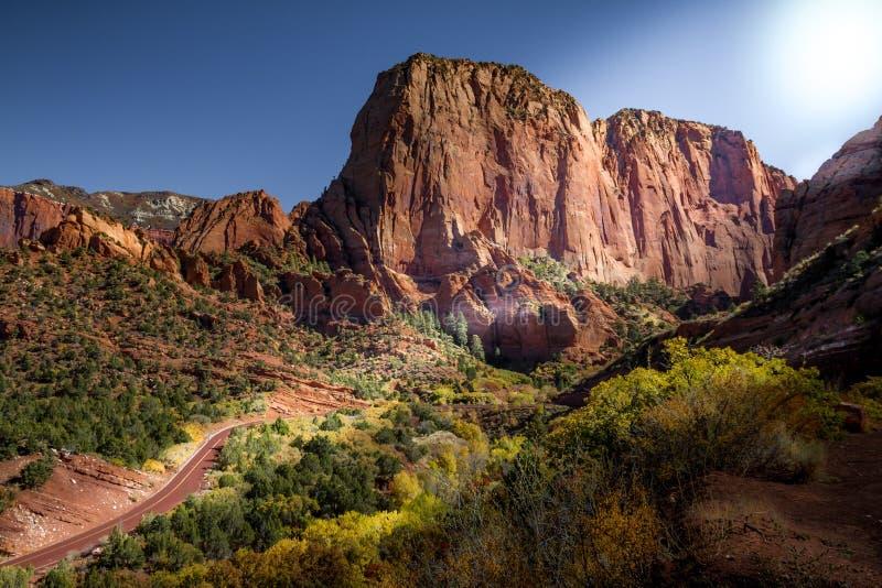 Höstsikt av den Kolob kanjonen, delen av Zion National Park i Utah och den röda vägen som upp till slingrar utkikpunkten arkivbilder