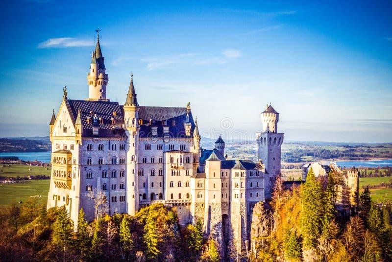 Höstsikt av den Neuschwanstein slotten i Fussen, Bayern, Tyskland royaltyfri bild