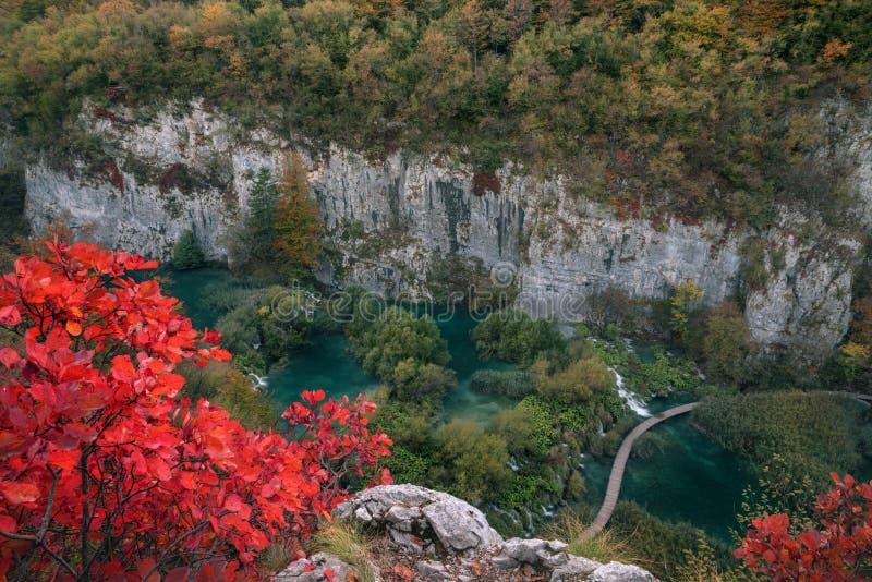 Höstsikt av härliga vattenfall i nationella Plitvice sjöar royaltyfria foton
