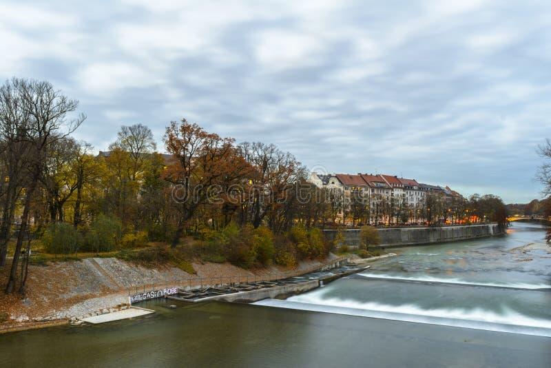Höstsikt med den Isar floden i Munich, Tyskland arkivfoton