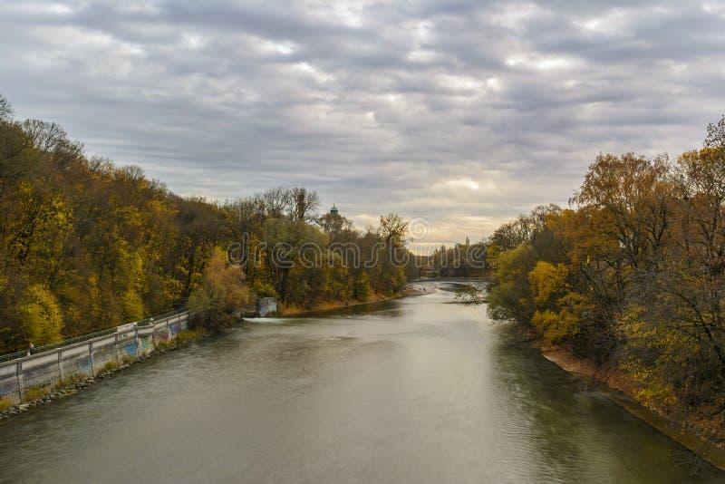 Höstsikt med den Isar floden i Munich, Tyskland royaltyfri foto