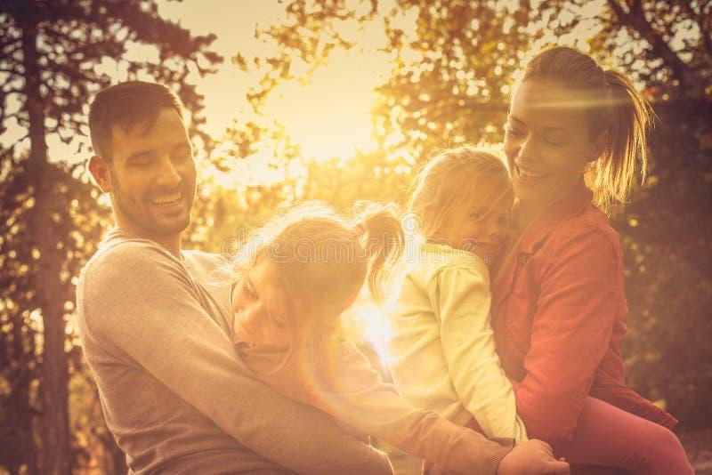 höstskogromania solnedgång Rolig familj arkivbild