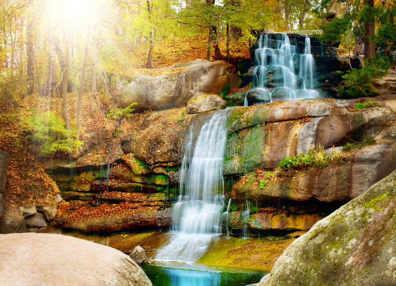 höstskogvattenfall royaltyfria bilder