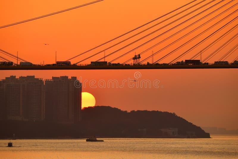 Höstsolnedgång i Hongkong royaltyfria bilder