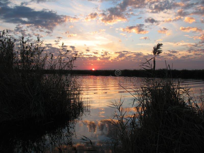 Höstsolnedgång på floden royaltyfria foton