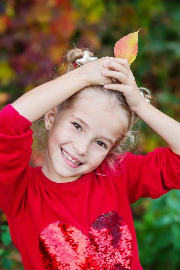 Höststående av en lycklig liten flicka royaltyfri foto