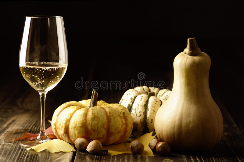 Pumpor och hösten lämnar med vitwine arkivfoto