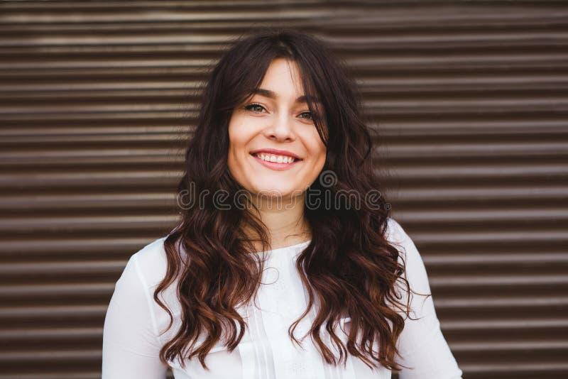 Hübsch plus die Größenfrau, die mit perfektem Lächeln lächelt lizenzfreies stockfoto