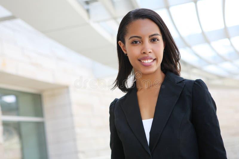 Hübsche Afroamerikaner-Geschäftsfrau lizenzfreies stockfoto
