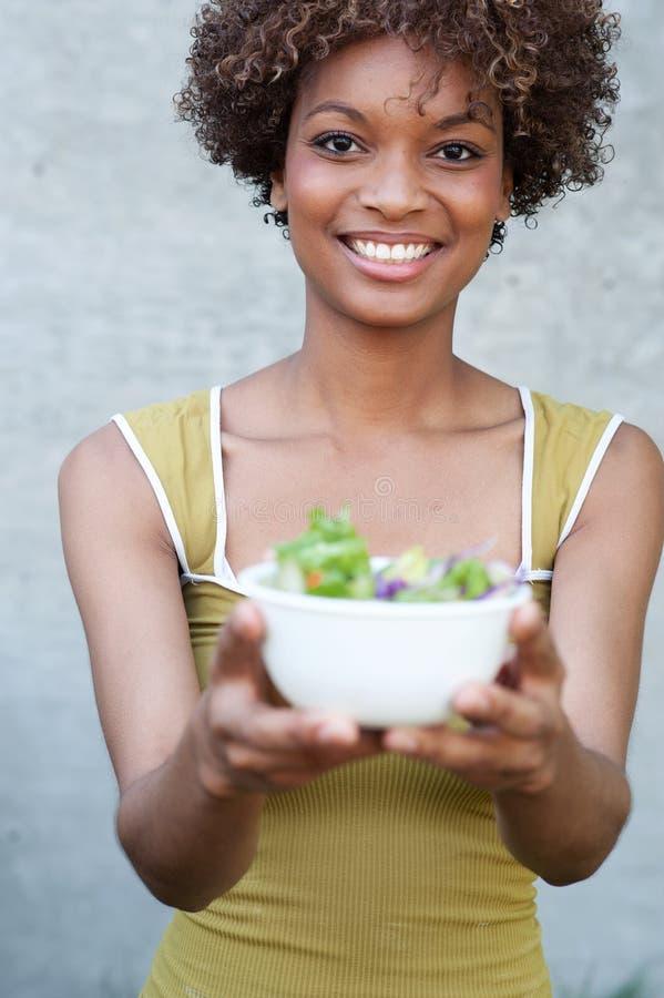 Hübsche Afroamerikanerfrau mit Salat stockbilder