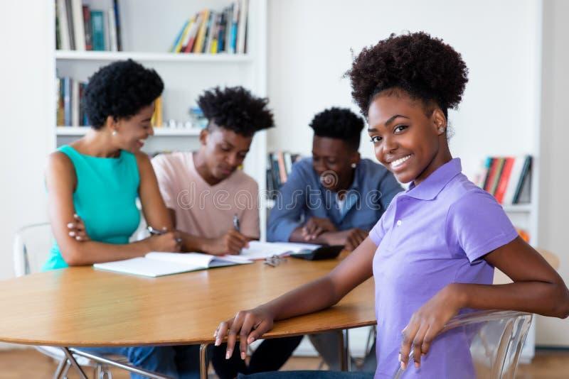 Hübsche Afroamerikanerstudentin an der Universität stockfoto