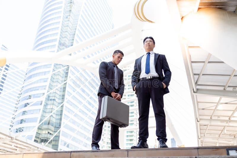 Hübsche Angestelltentschuldigungen seine Exekutive oder Chef für das Handeln einiges lizenzfreie stockbilder