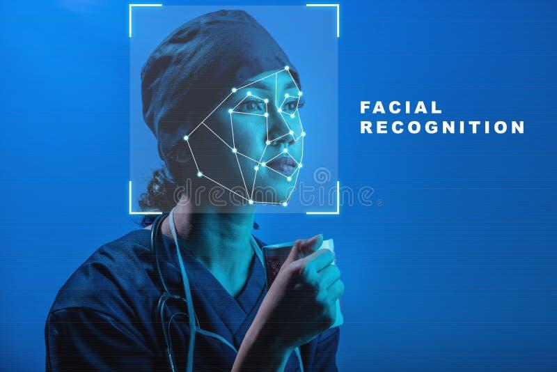 Hübsche asiatische Ärztin in der Chirurgieuniform und -stethoskop, die das Glas unter Verwendung der Gesichtserkennung halten vektor abbildung