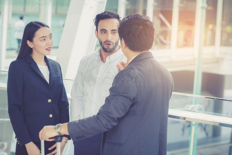 Hübsche asiatische junge Geschäftsmann- und Geschäftsfraudrei Leuteunterhaltung und -lächeln lizenzfreie stockbilder