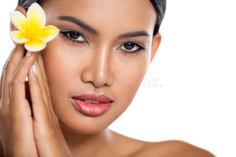 Hübsche Balinesefrau mit Blume lizenzfreies stockbild