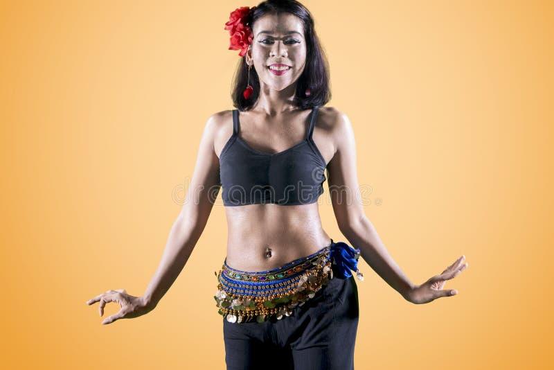 Hübsche Bauchtänzerin, die Tanzübungen auf Studio tut lizenzfreie stockfotos