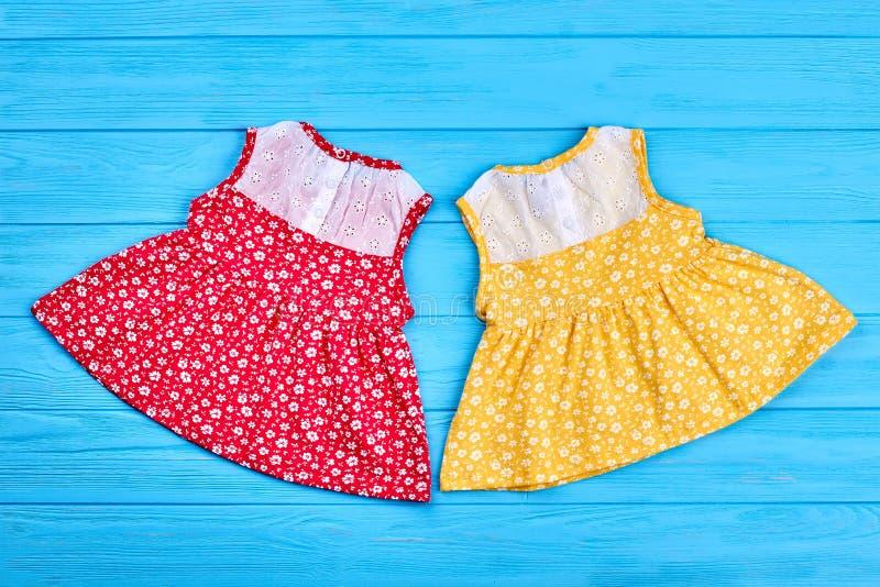 Hübsche Baumwollsäuglingsbabykleider lizenzfreie stockbilder