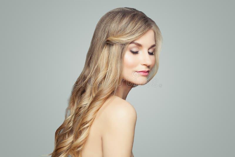 Hübsche Blondine mit dem langen gesunden Haar und klarer Haut Gesichtsbehandlung, Badekurort und Cosmetology lizenzfreies stockfoto