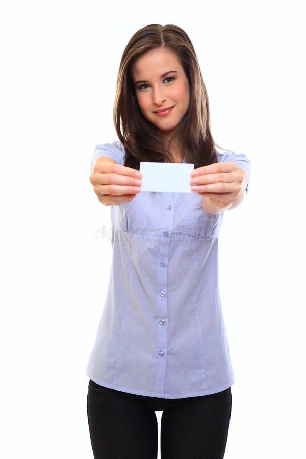 Hübsche Brunettefrau, die ein unbelegtes businesscard anhält lizenzfreie stockbilder
