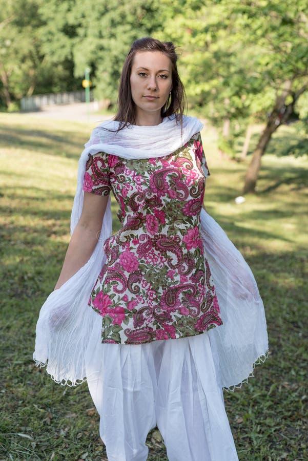 Hübsche Brunettefrau, die indisches Kleid und Schal trägt lizenzfreie stockbilder
