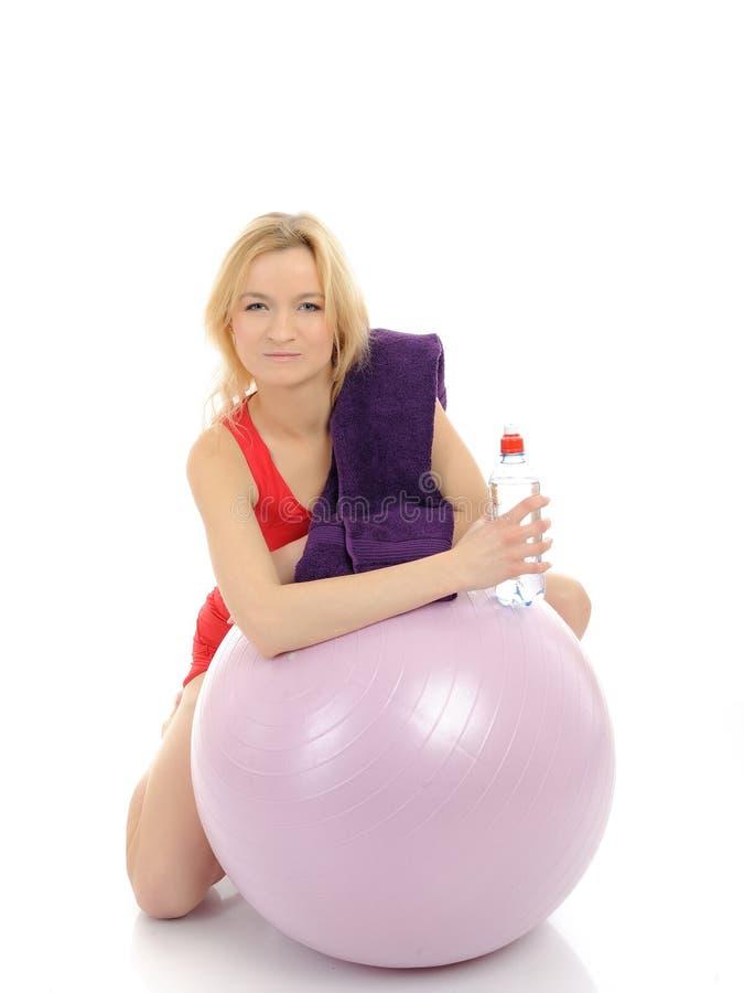 Hübsche Eignungfrauenübung mit pilates Kugel stockfoto