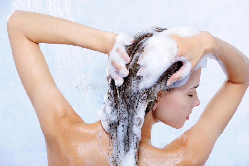 Hübsche Elegancyfrau, die Dusche nimmt stockfotos