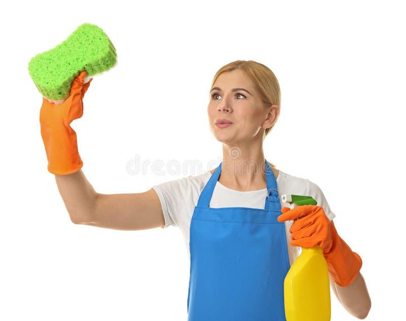Hübsche erwachsene Frau mit Schwamm und Reinigungsmittel stockfotos