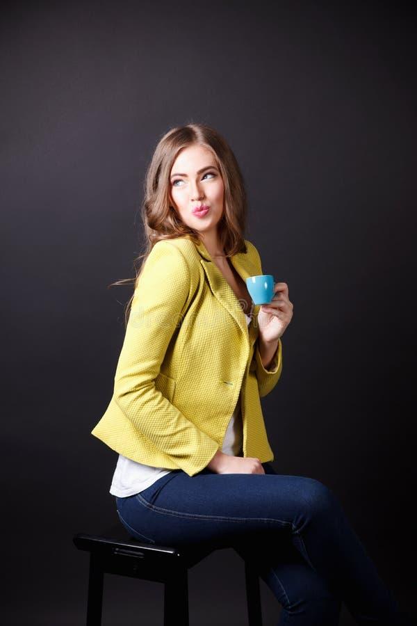 Hübsche flirtende Frau beim Trinken des Kaffees stockbilder
