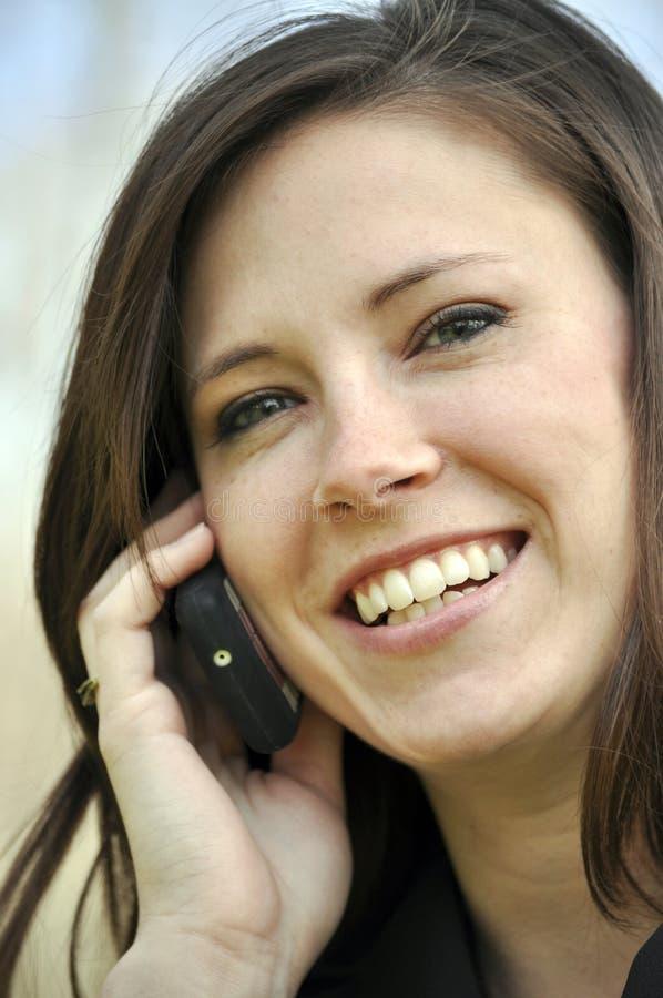 Hübsche Frau auf Handy stockfoto