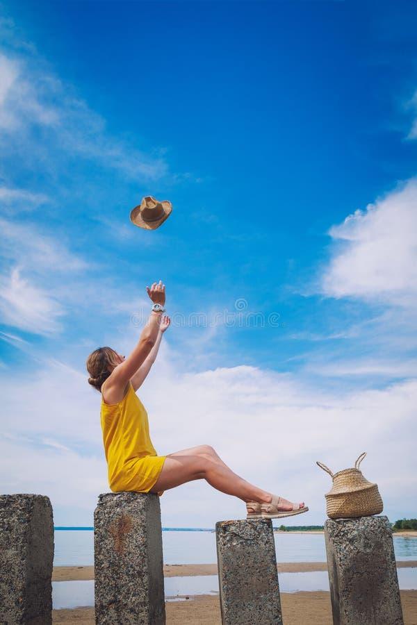 Hübsche Frau auf Strand lizenzfreie stockfotos