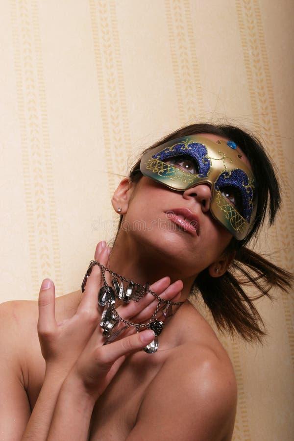 Hübsche Frau in der Schablone lizenzfreies stockfoto