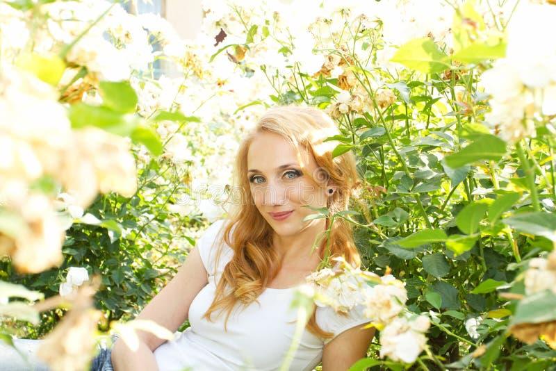 Hübsche Frau des Blumenfeldes lizenzfreies stockfoto