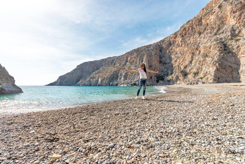 Hübsche Frau, die auf dem Strand mit schöner Lagune aufwirft lizenzfreie stockfotografie