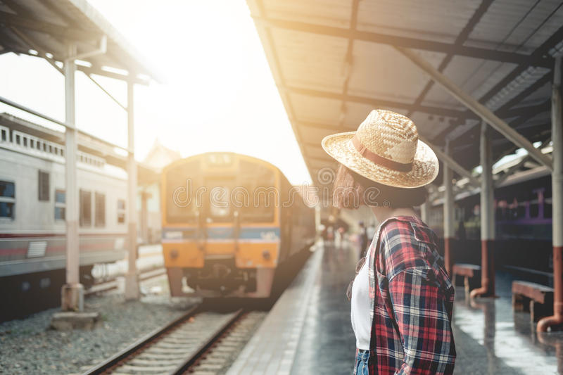 Hübsche Frau, die auf den Zug an der Bahnstation Reise in SU wartet stockbilder