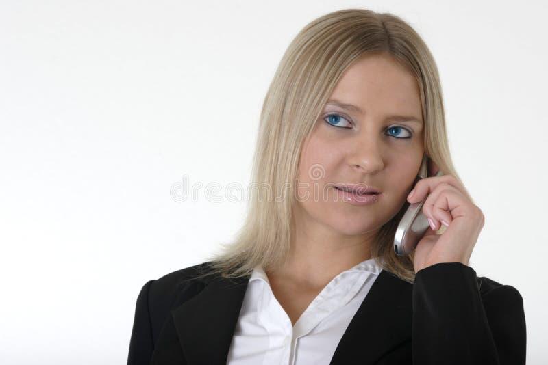 Hübsche Frau, die auf Handy spricht stockfoto