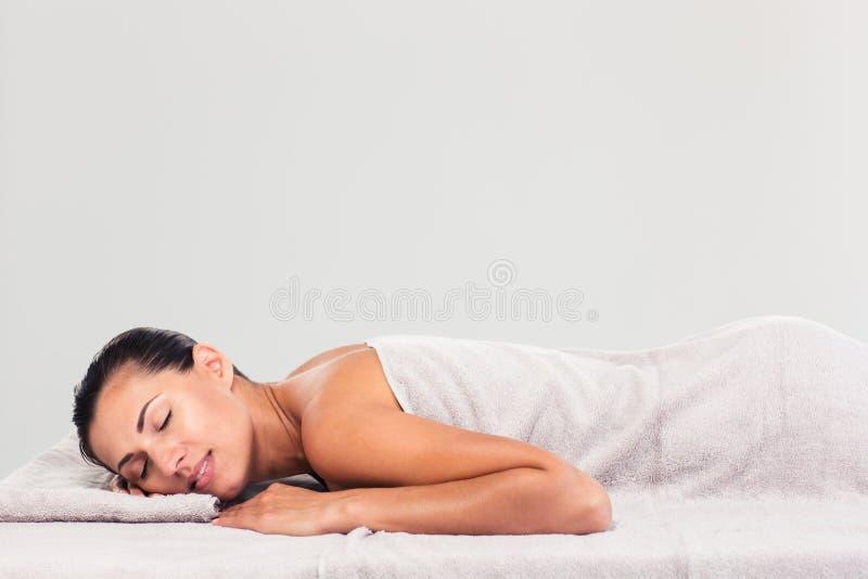 Hübsche Frau, die auf Massageruhesessel stillsteht stockfoto