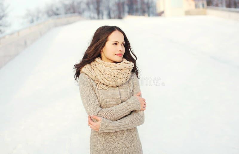 Hübsche Frau, die draußen eine gestrickte Strickjacke im Winter trägt lizenzfreie stockbilder