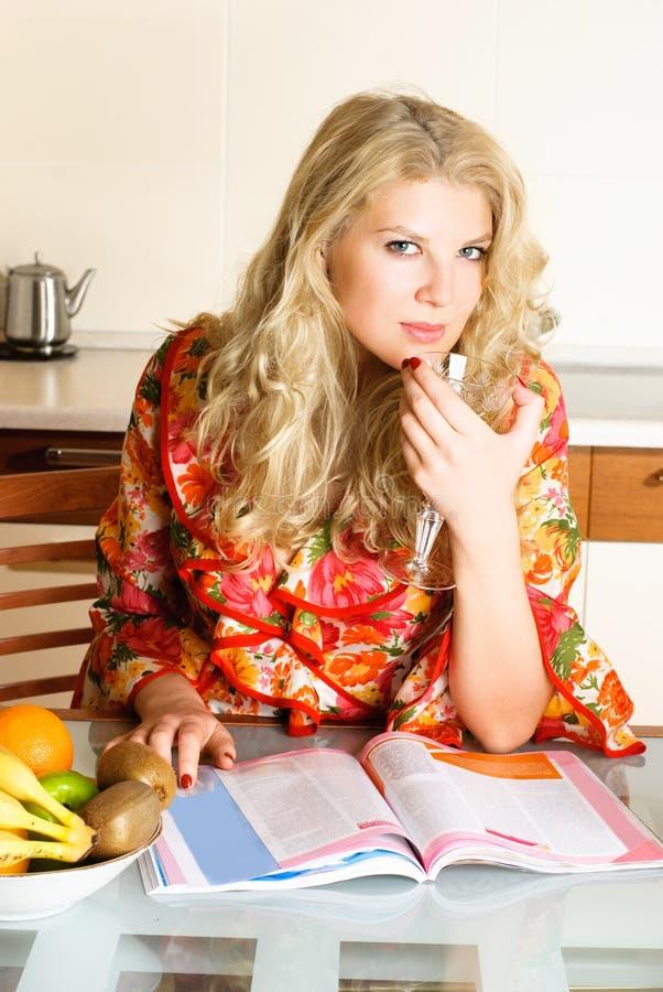 Hübsche Frau, die eine Zeitschrift liest stockfotos