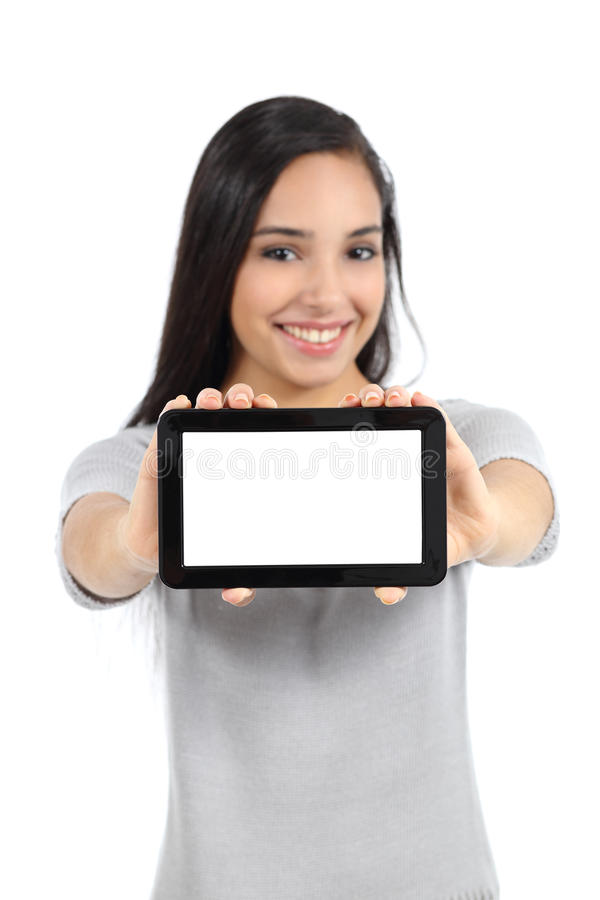 Hübsche Frau, die einen leeren horizontalen Tablettenschirm lokalisiert zeigt stockfotos