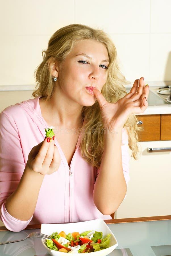 Hübsche Frau, die einen Salat isst lizenzfreie stockbilder