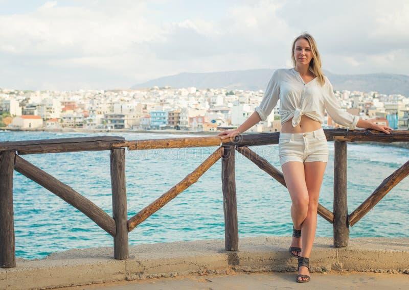 Hübsche Frau, die gegen Stadtbild aufwirft lizenzfreie stockfotos