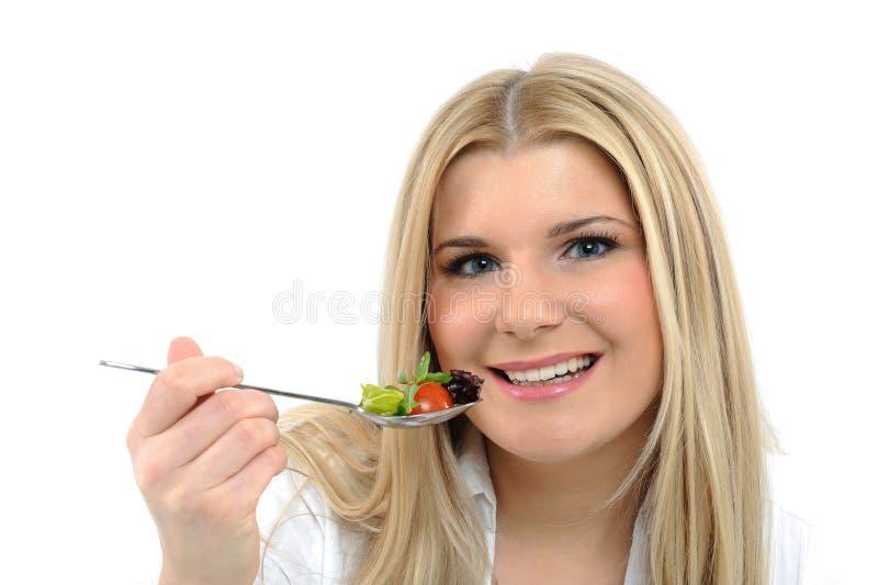 Hübsche Frau, die grünen Gemüsesalat isst lizenzfreie stockfotos