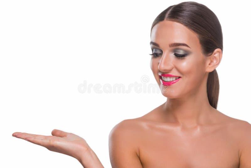 Hübsche Frau, die an Hand hält stockbild