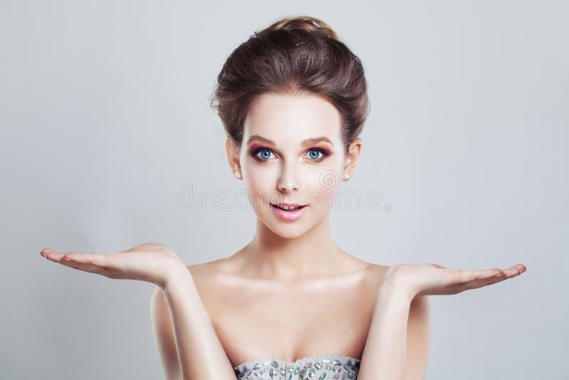 Hübsche Frau, die ihr Öffnungs-Hände zeigt wahl stockfotos