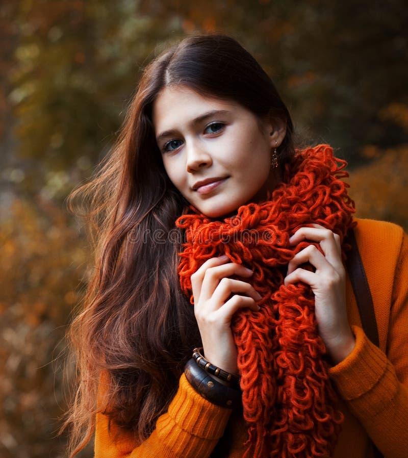 Hübsche Frau, die im Herbstpark sich entspannt stockbilder