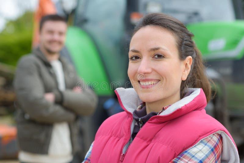 Hübsche Frau, die im vorderen Traktor aufwirft stockfotos