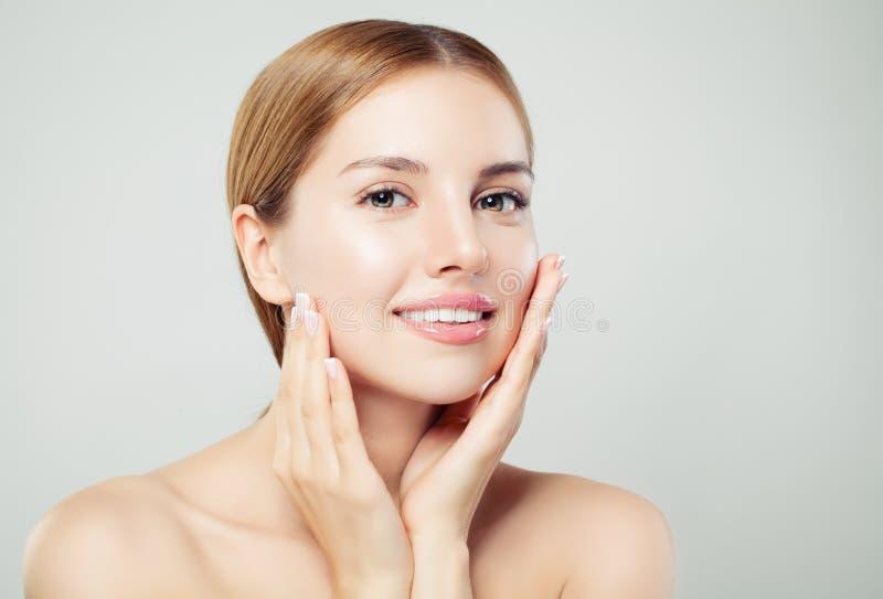 Hübsche Frau, die Kamera betrachtet Schönes Gesicht mit gesunder klarer Haut, natürlichem Make-up und natürlichem Augenbrauenport lizenzfreie stockfotos