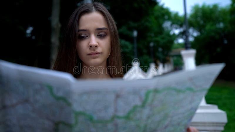 Hübsche Frau, die Karte verwendet, um historische Anziehungskraft, Stadtrundfahrt, neue Eindrücke zu finden lizenzfreies stockbild