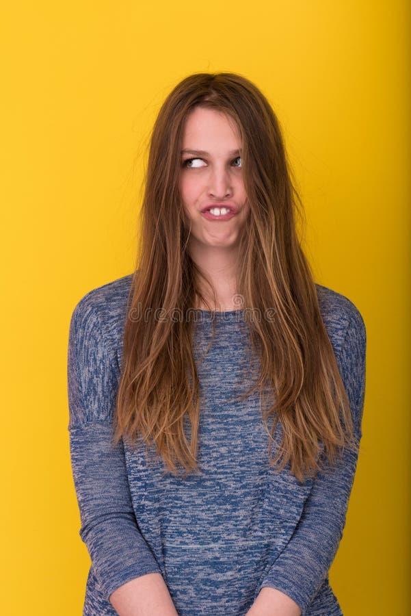 Hübsche Frau, die mit ihrem langen seidigen Haar spielt lizenzfreies stockbild