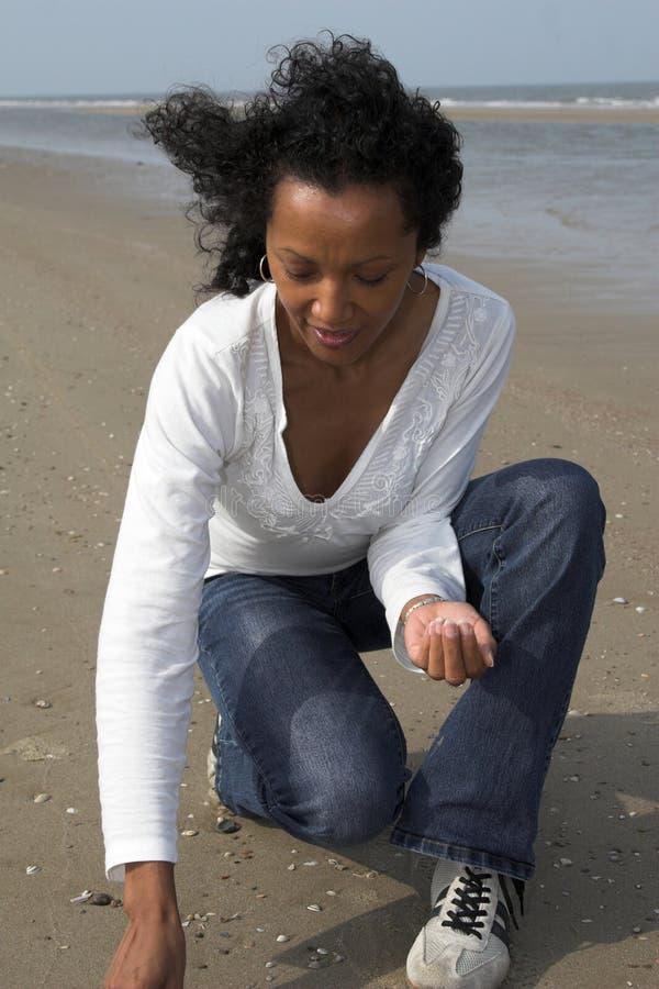 Hübsche Frau, die nach Shells sucht lizenzfreie stockbilder